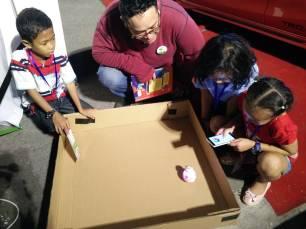 Anak-anak antusias bermain robot